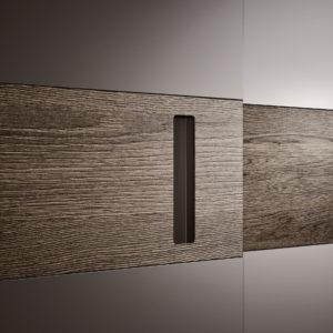 CLASS armadio scorrevole laccato con fascia legno, particolare maniglia